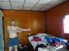 Benni präsentiert stolz das schlimste Bett aller Zeiten. :)
